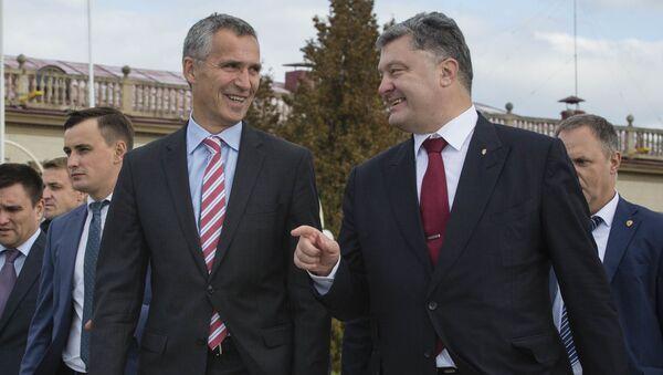 Sekretarz generalny NATO Jens Stoltenberg i prezydent Ukrainy Petro Poroszenko na lotnisku we Lwowie - Sputnik Polska