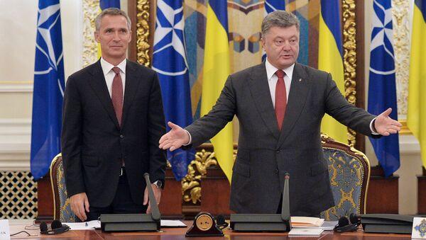 Sekretarz generalny NATO Jens Stoltenberg i prezydent Ukrainy Petro Poroszenko na posiedzeniu Rady Bezpieczeństwa Narodowego i Obrony Ukrainy - Sputnik Polska
