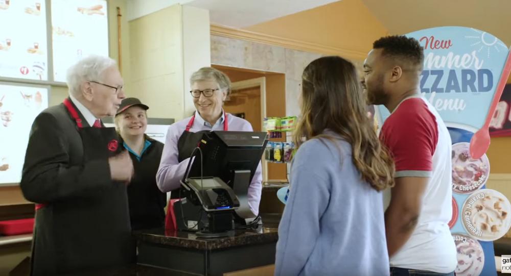 Bill Gates i Waren Buffett pracują w barze szybkiej obsługi