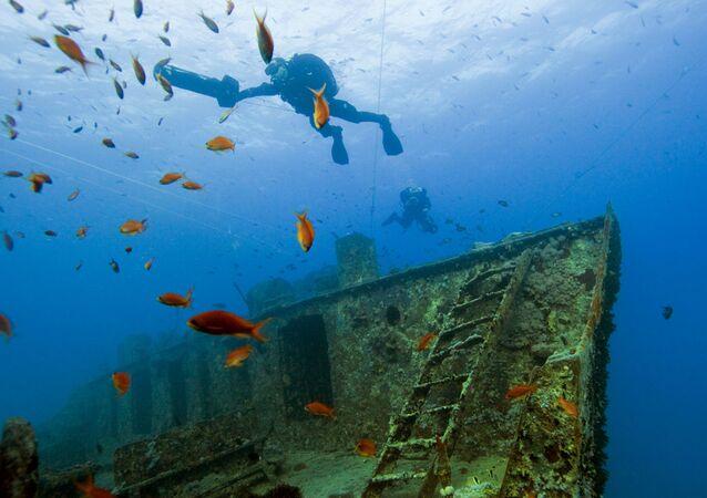 """Nurkowie w miejscu zatopienia w 1941 roku statku handlowego """"Thistlegorm"""" z zapasami dla brytyjskiej armii w Zatoce Sueskiej, Egipt."""