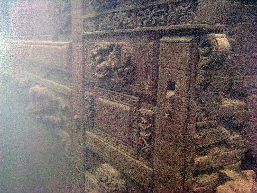 Skrzynia na dnie jeziora Shi Cheng, gdzie odnaleziono starożytne miasto Zhejiang, Chiny.