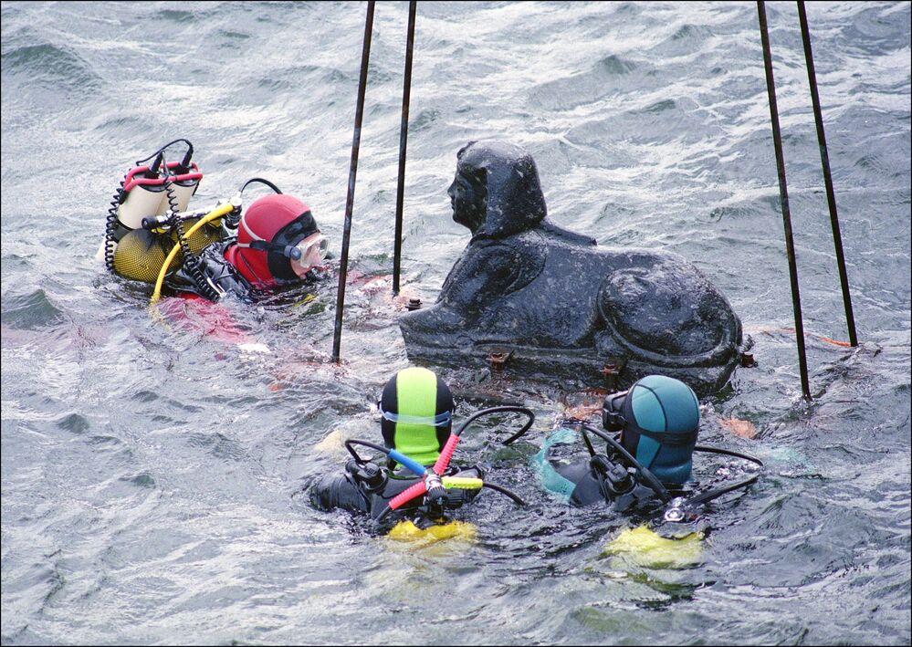 Francuscy nurkowie wydobywają sfinksa z dna morskiego w pobliżu Aleksandrii.