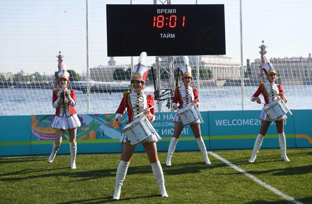 Kobiecy zespół muzyczny występuje na otwarciu parku piłkarskiego Euro 2020 na wyspie Zajęczej w pobliżu twierdzy Piotra i Pawła w Petersburgu z okazji 60. rocznicy Mistrzostw Europy w piłce nożnej.