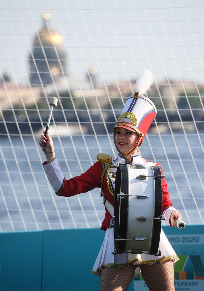 Perkusistka występuje na otwarciu parku piłki nożnej Euro 2020 w pobliżu twierdzy Piotra i Pawła w Petersburgu.