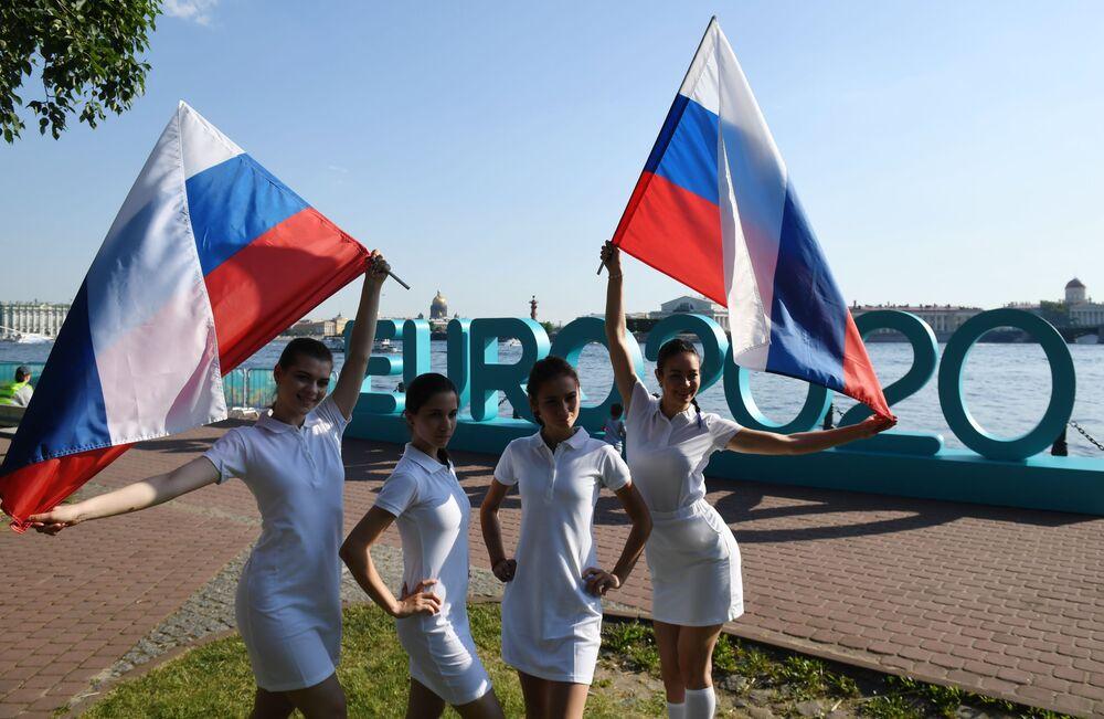 Dziewczęta biorą udział w otwarciu parku piłkarskiego Euro 2020 w twierdzy Piotra i Pawła w Petersburgu.