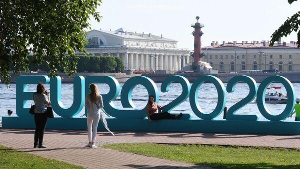 Odwiedzający fotografują się w parku piłkarskim Euro 2020, otwartym w pobliżu twierdzy Piotra i Pawła w Petersburgu - Sputnik Polska