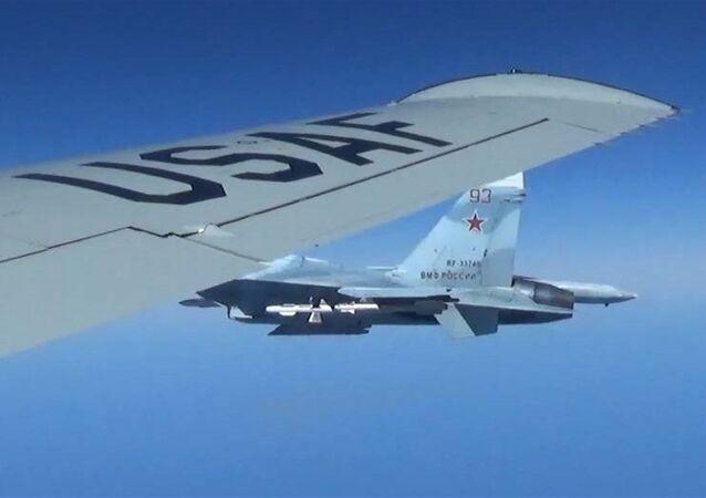 Rosyjski Su-27 zbliża sie do samolotu rozpoznawczego USA RC-135U
