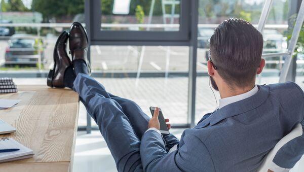 Mężczyzna odpoczywa na miejscu pracy - Sputnik Polska