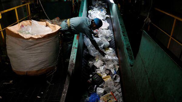 Sortowanie plastikowych śmieci w Japonii - Sputnik Polska