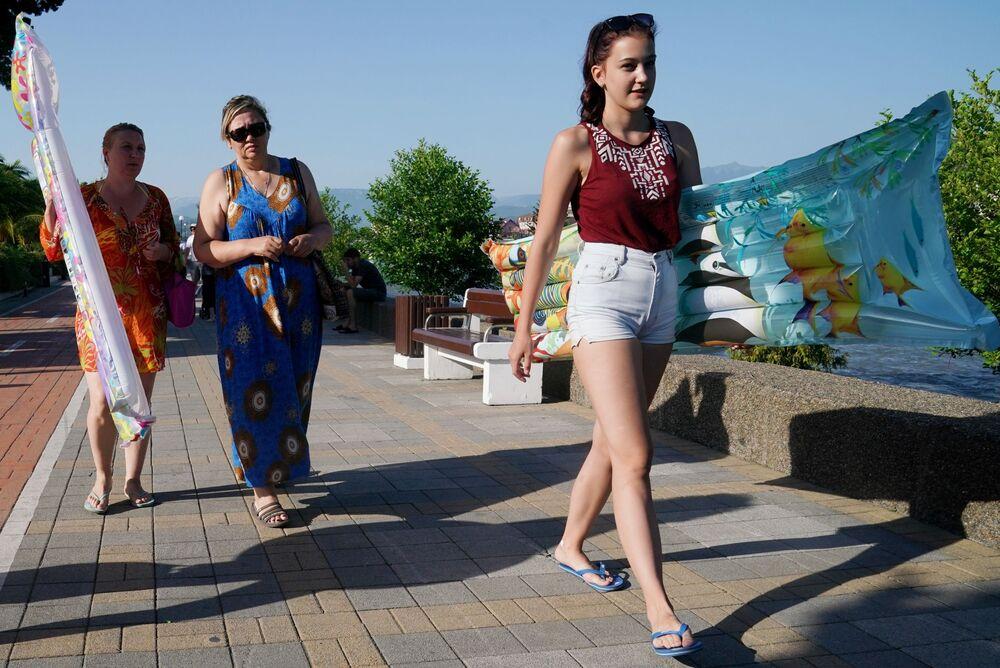 Wczasowicze na nabrzeżu w dzielnicy Adler miasta Soczi