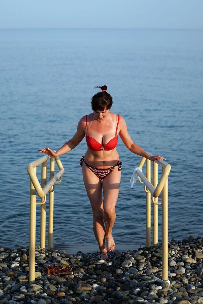 Kobieta na plaży w Soczi