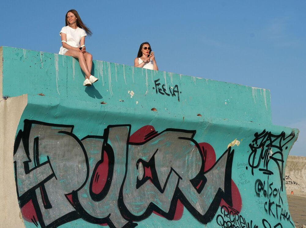 Dziewczyny odpoczywają w dzielnicy Adler w mieście Soczi na wybrzeżu Morza Czarnego