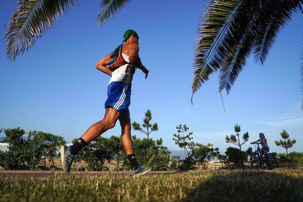 Mężczyzna biega w imeretyńskim rejonie Soczi