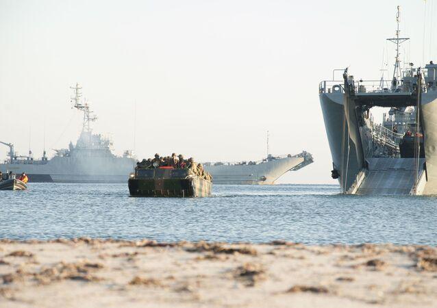 Okręt desantowy ORP Gniezno Marynarki Wojennej Polski podczas ćwiczeń wojskowych