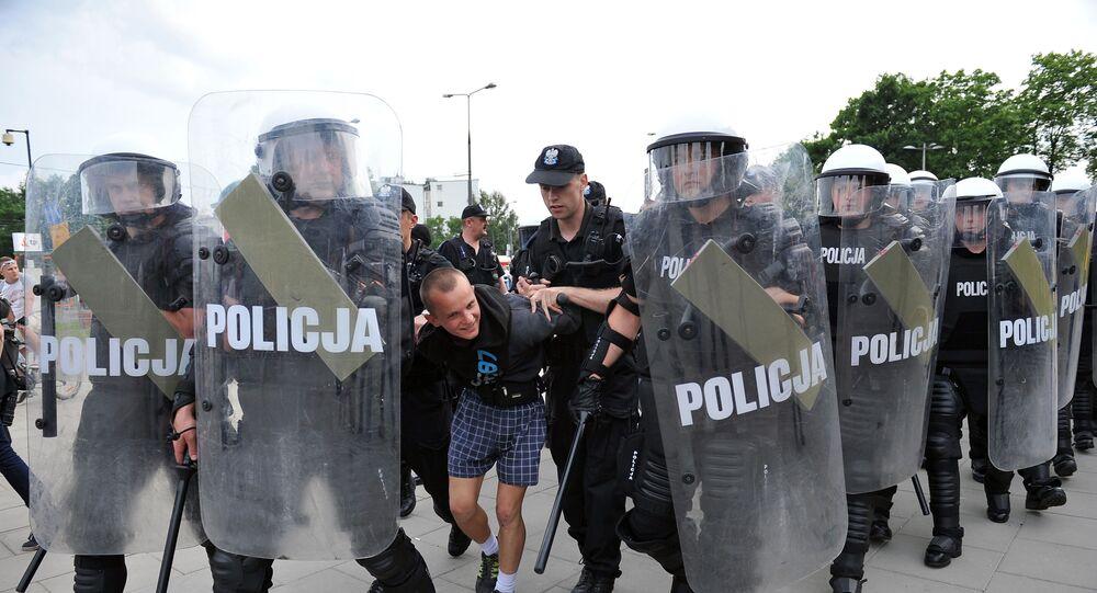 Policja na marszu rosyjskich kibiców w Warszawie