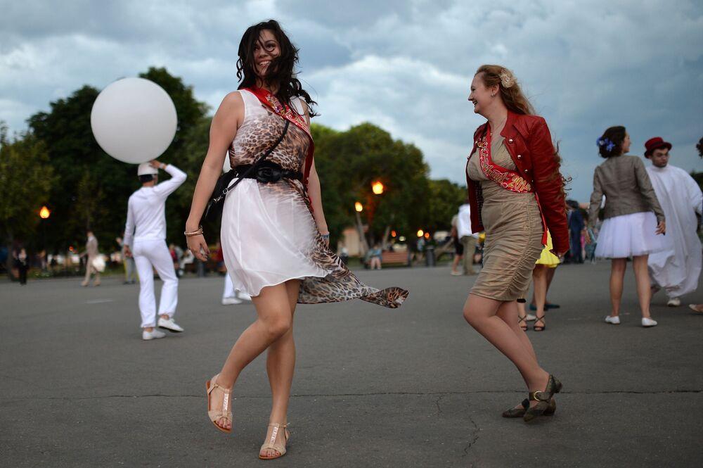 Absolwentki szkół tańczą w Parku Gorkiego w Moskwie, 2014 rok