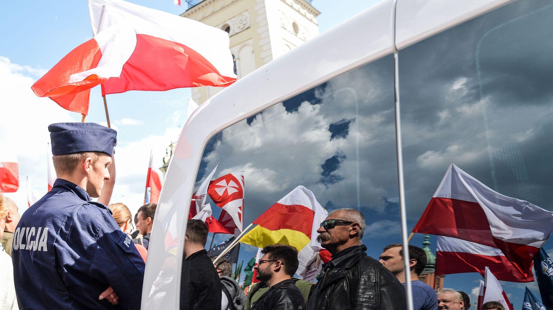 Marsz przeciwko UE w Warszawie - Sputnik Polska, 1920, 06.07.2021