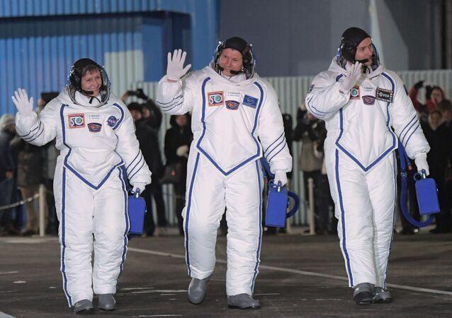 """Członkowie głównej załogi 50/51. wyprawy na MSK, astronauta NASA Peggy Whitson, kosmonauta """"Roskosmosu"""" Oleg Nowicki i astronauta ESA Tom Peske"""