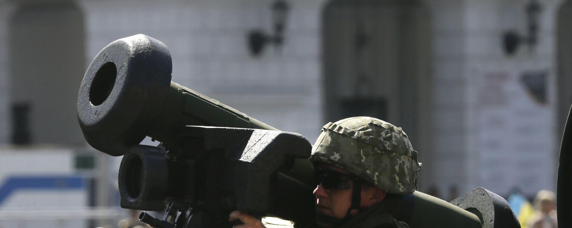 Ukraiński żołnierz z przenośnym systemem rakiet przeciwpancernych Javelin na defiladzie wojskowej w Kijowie - Sputnik Polska, 1920, 02.07.2020