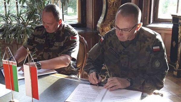 Dowódca Sił Powietrznych Białorusi generał Igor Gołub na podpisaniu umowy przewidującej wymianę informacji na temat sytuacji powietrznej w pobliżu wspólnej granicy państwowej między Białorusią a Polską - Sputnik Polska