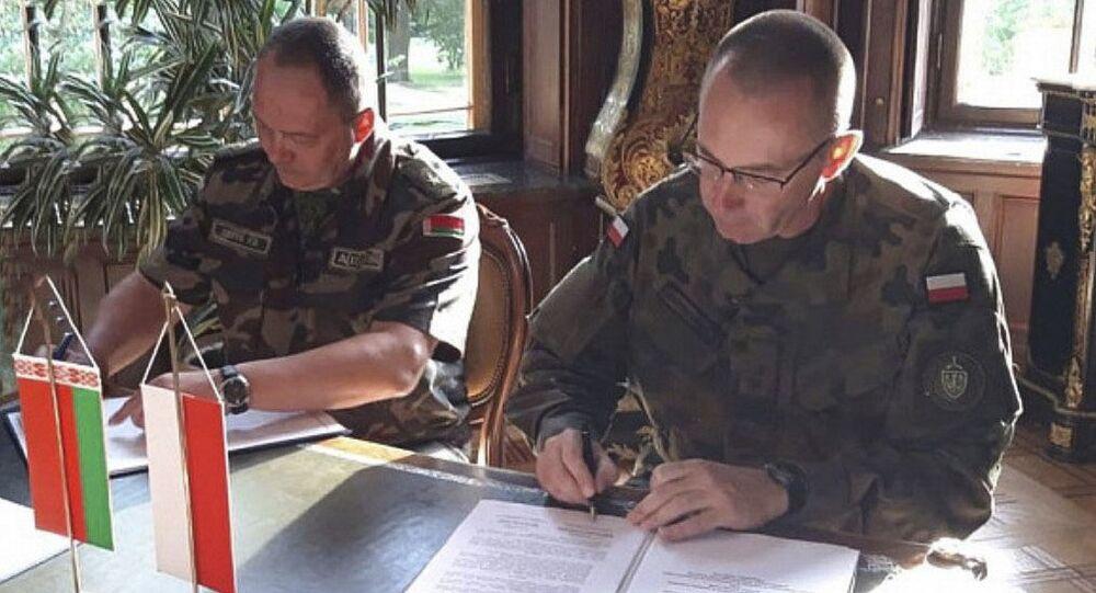 Dowódca Sił Powietrznych Białorusi generał Igor Gołub na podpisaniu umowy przewidującej wymianę informacji na temat sytuacji powietrznej w pobliżu wspólnej granicy państwowej między Białorusią a Polską