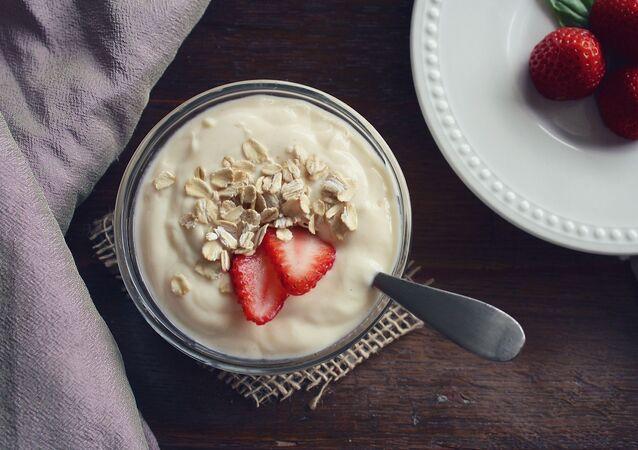 Jogurt z płatkami owsianymi i truskawkami