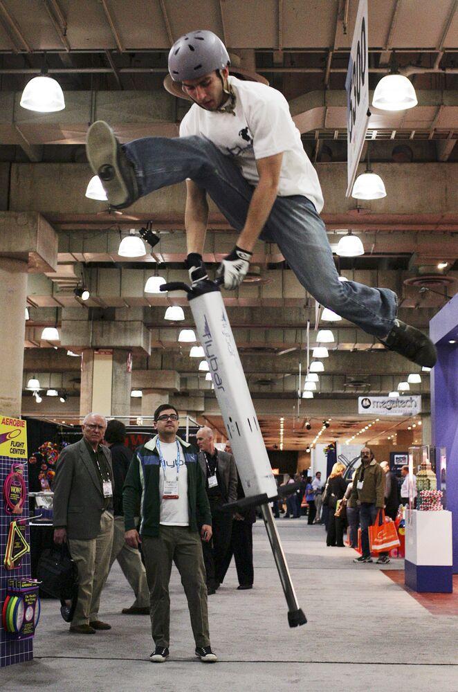 Demonstracja urządzenia dla skoków pogo stick w Nowym Jorku