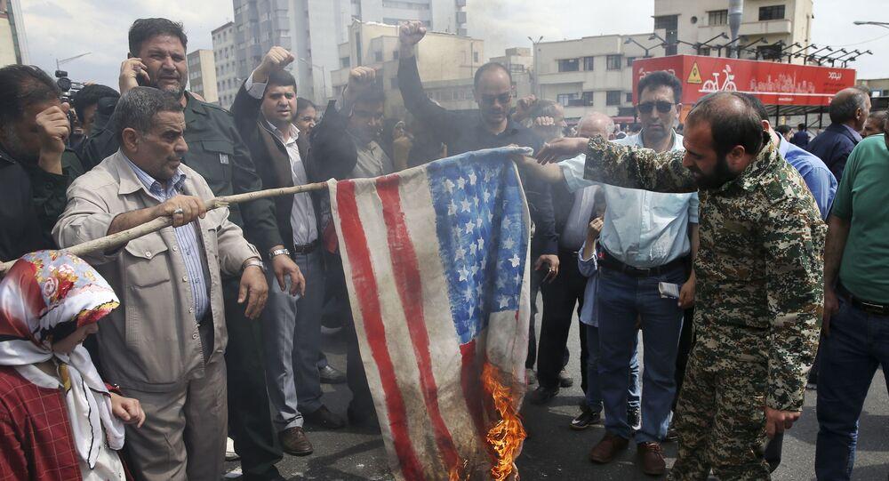 Teheran, Irańczycy palą flagę USA