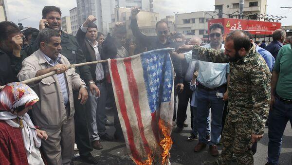 Teheran, Irańczycy palą flagę USA - Sputnik Polska