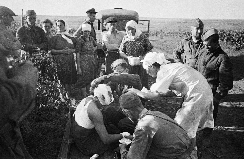 Pielęgniarki udziela pomocy rannym na polu walki pod Kiszyniowem