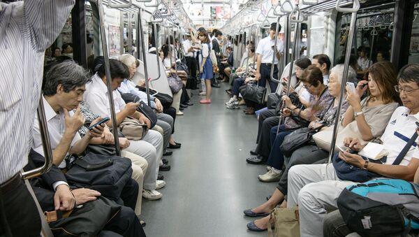 Pasażerowie metra w Tokio - Sputnik Polska