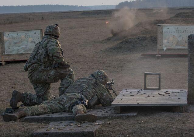Amerykańscy żołnierze podczas strzelania na poligonie w Polsce. Zdjęcie archiwalne