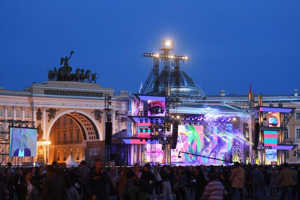 """Koncert na Placu Dworcowym podczas festiwalu """"Szkarłatne żagle"""" w Petersburgu"""