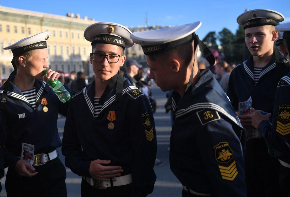 """Kadeci wojennej morskiej szkoły podczas festiwalu """"Szkarłatne żagle"""" w Petersburgu"""