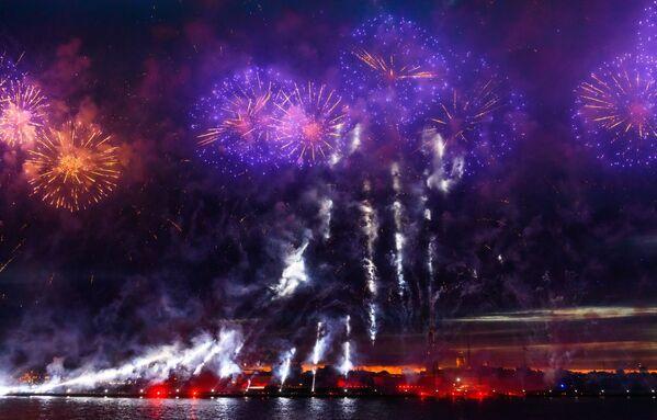 "Fajerwerki na festiwalu ""Szkarłatne żagle"" w Petersburgu - Sputnik Polska"