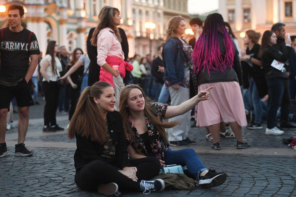 """Młodzież na Placu Dworcowym podczas koncertu w ramach festiwalu """"Szkarłatne żagle"""" w Petersburgu"""
