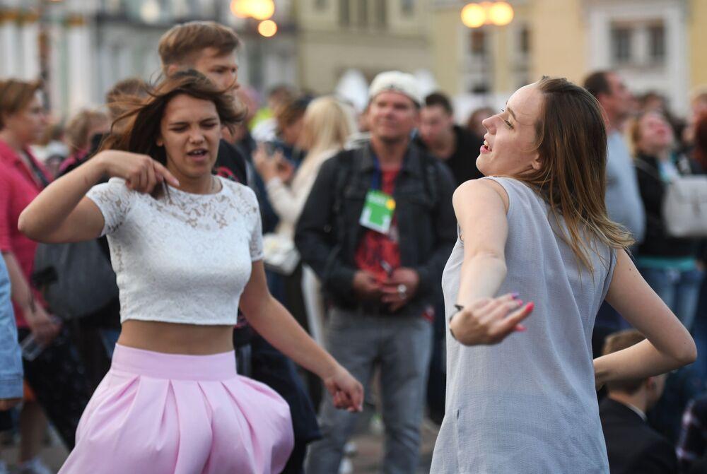 """Dziewczyny na Placu Dworcowym podczas koncertu w ramach festiwalu """"Szkarłatne żagle"""" w Petersburgu"""