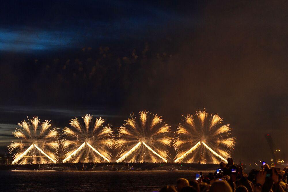 "Fajerwerki na festiwalu ""Szkarłatne żagle"" w Petersburgu"