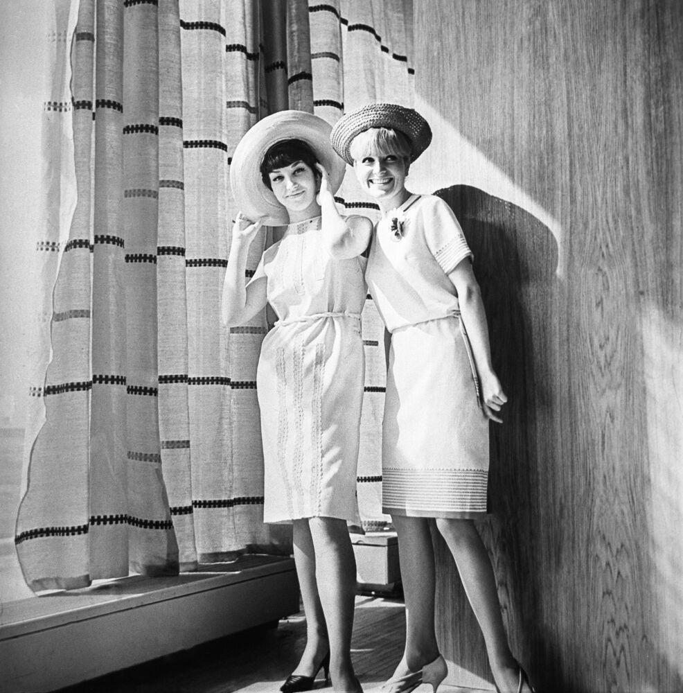 Reklama damskiej kolekcji odzieży z 1966 roku