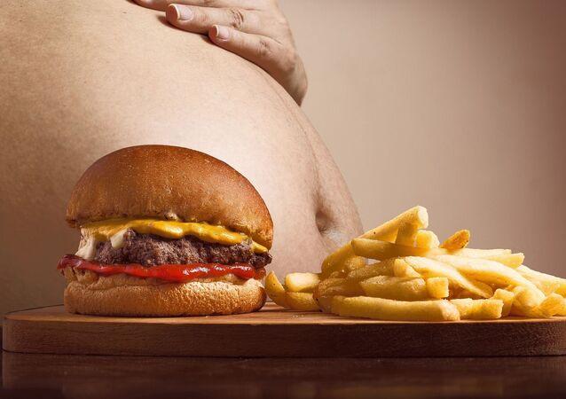Gruby człowiek i fast food