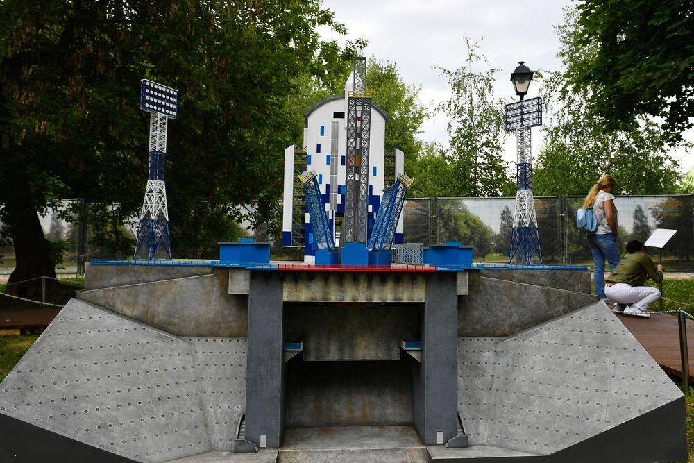 """Makieta Kosmodromu Wostocznyj na wystawie """"Rosja w miniaturze w parku Carycyno"""