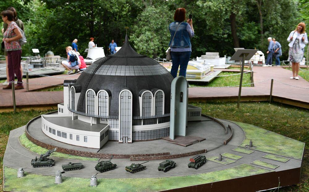 """Makieta muzeum broni w Tule na wystawie """"Rosja w miniaturze w parku Carycyno"""