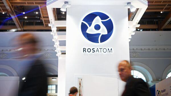 Goście u stanowiska państwowej korporacji Rosatom w czasie forum Russian Energy Week - Sputnik Polska