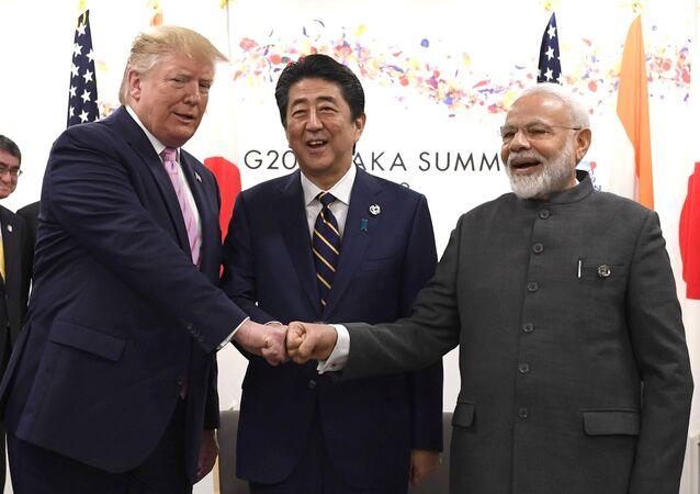Prezydent USA Donald Trump, premier Japonii Shinzo Abe i premier Indii Narendra Modi podczas trójstronnego spotkania na szczycie G20 w Osace w Japonii