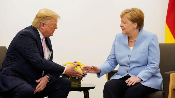 Prezydent USA Donald Trump i kanclerz Niemiec Angela Merkel podczas dwustronnego spotkania na szczycie przywódców G20 w Osace - Sputnik Polska