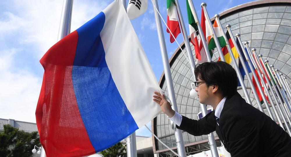Zawieszanie flagi rosyjskiej w Międzynarodowym Centrum Wystawowym INTEX Osaka przed otwarciem szczytu G20 w Osace w Japonii.