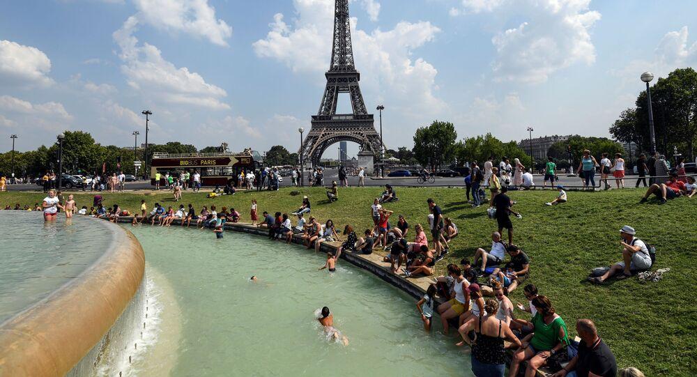 Ludzie obok fontany na Placu Trocadero w Paryżu
