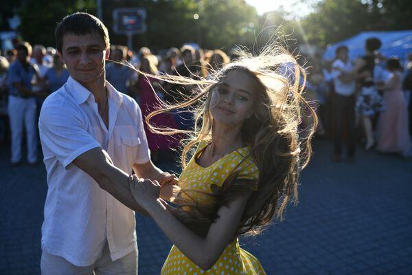 Młodzi ludzie tańczą na miejskim balu na placu Nachimowa w Sewastopolu - Sputnik Polska