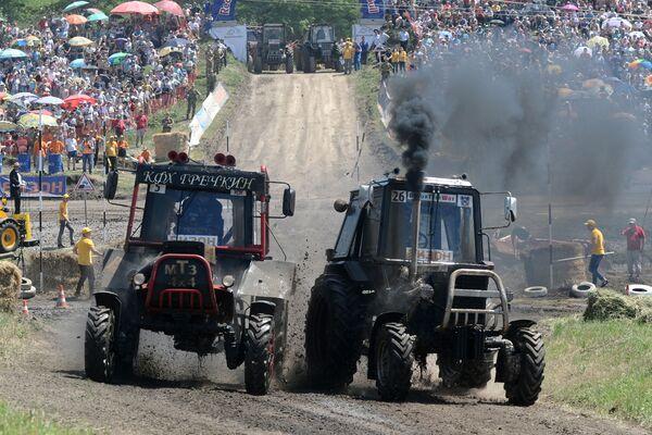 """Uczestnicy wyścigu traktorów """"Bizon-Track-Show"""" w obwodzie rostowskim - Sputnik Polska"""