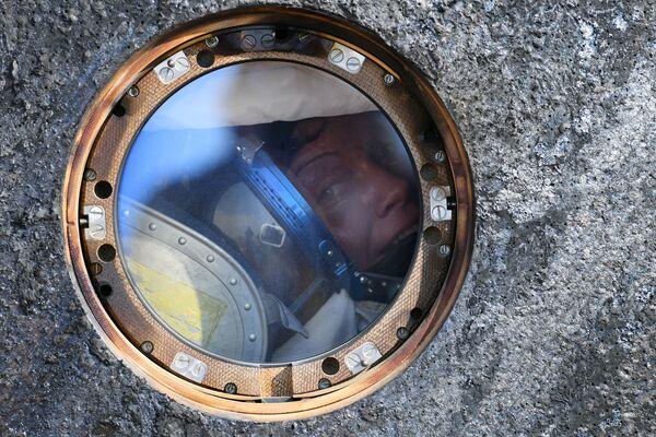 Astronautka NASA Anne McClain po lądowaniu kapsuły transportowej statku załogowego Sojuz MS-11 z międzynarodową załogą długookresowych wypraw MSK – 58/59 niedaleko miasta Żezkazgan w Kazachstanie - Sputnik Polska